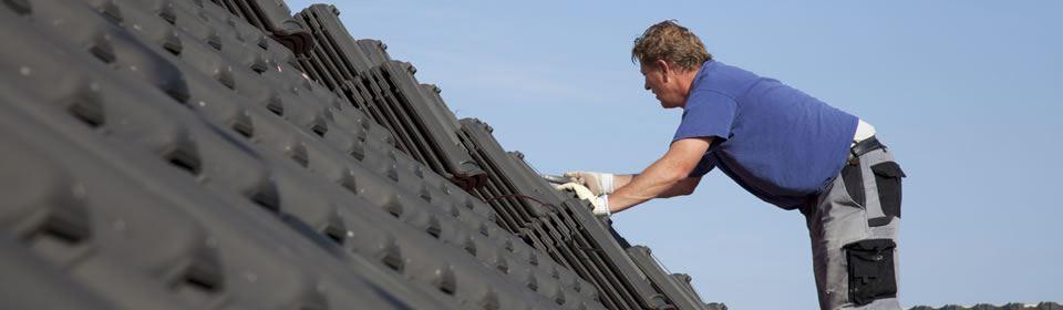 Dakdekker in Eindhoven plaatst dakpannen